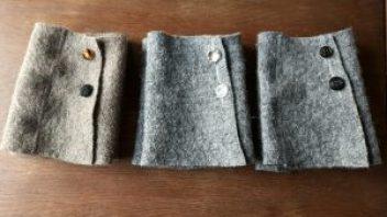 Damenmanschetten, geknöpft aus Walkloden
