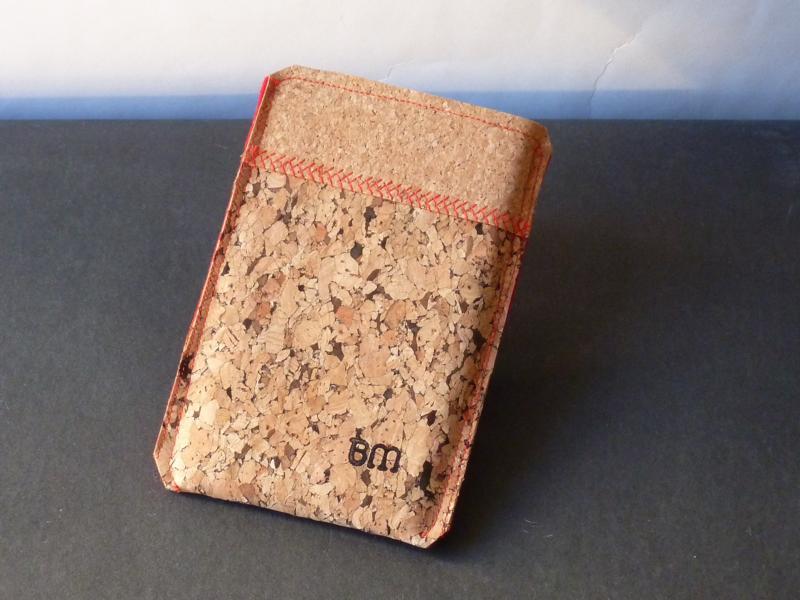 Handytasche (Sleeve) aus Kork mit rotem Filz