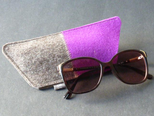 Brillenetui aus Wollfilz in Trapezform, naturmeliert und Lila