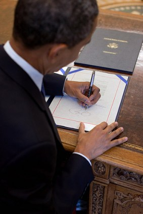 Barack Obama signs Star Spangled Banner Com. Coin Act, 8/10