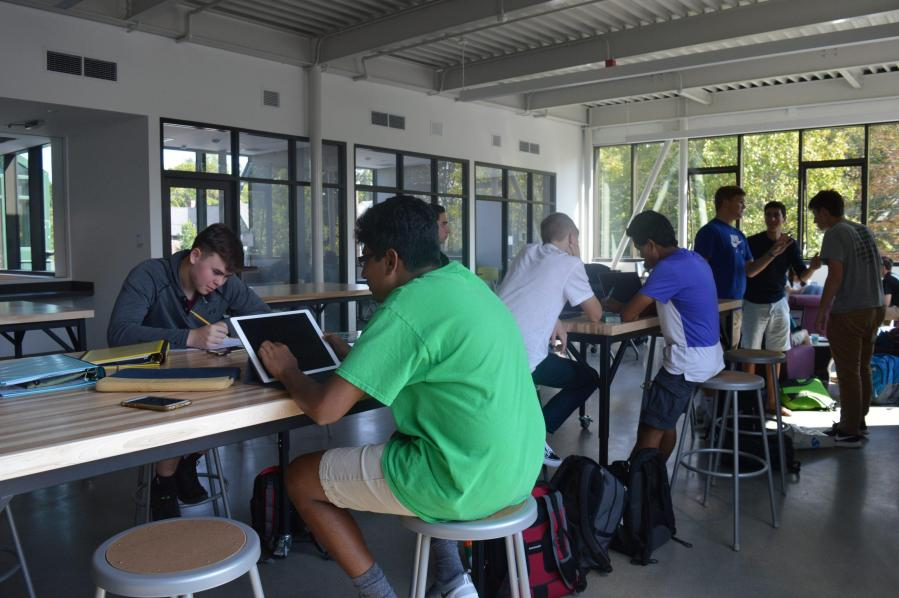 Students enjoy the innovation center. Photo by Caroline Ellervik  '18.