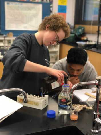 Cara Rittner '19 conducting an experiment during AP biology with Henry Ngo '19. Photo By Sita Alomran '19