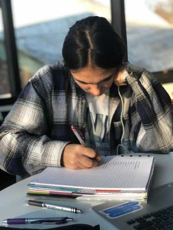 Angeline Dervisevic '21 working on her French homework. Photo by Sita Alomran '19.