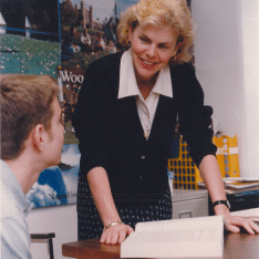 Cindy Pendergast consults with Ben Thomas '02. Gator file photo.