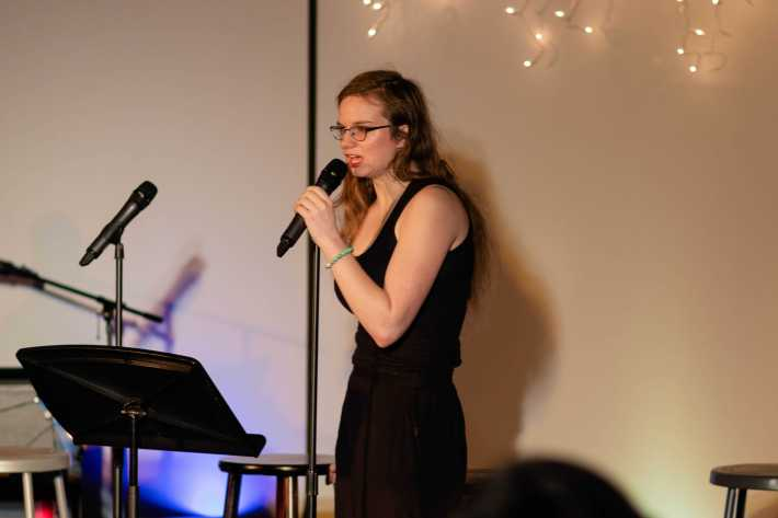 Lizzie Weber '20 sings a song.