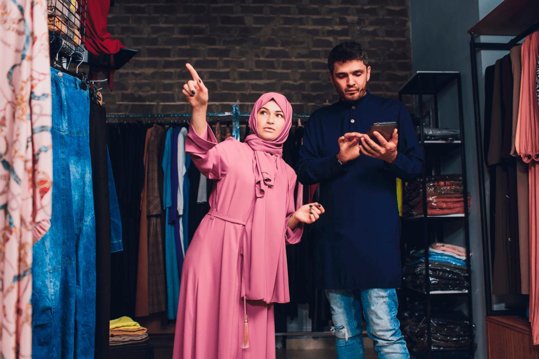 Mann und Frau in Kleidungsgeschäft