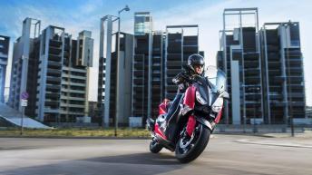 2018-Yamaha-XMAX-125-ABS-EU-Radical-Red-Action-003