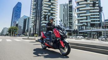 2018-Yamaha-XMAX-125-ABS-EU-Radical-Red-Action-005