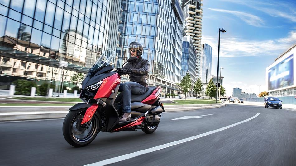 2018-Yamaha-XMAX-125-ABS-EU-Radical-Red-Action-006