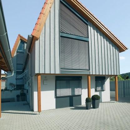 Schräg-Raffstore gibt es für nahzu alle Fensterformen.
