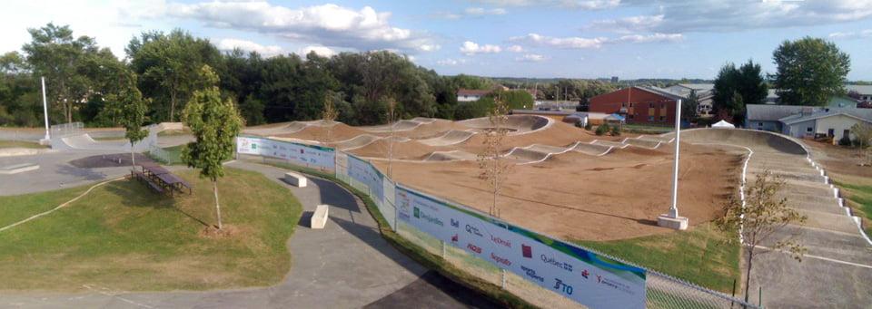 Vue de la piste de BMX de calibre provincial dans le parc Gille Maisonneuve à Gatineau, pour les Jeux du Québec et les Coupes du Québec de BMX.