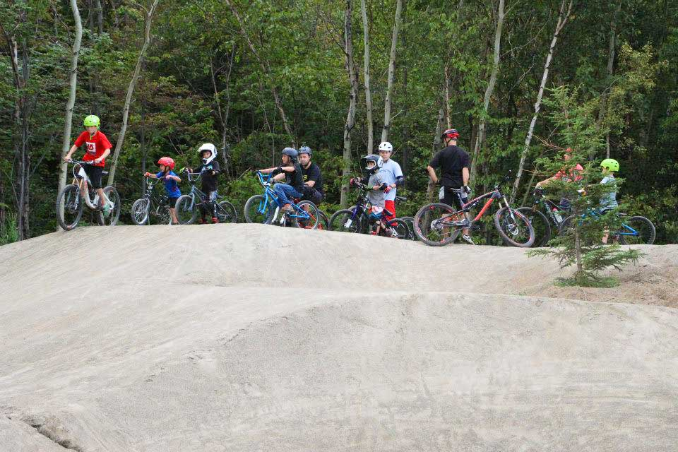 Construction et aménagement de la Pumptrack et de la piste de BMX récréative au centre de vélo de montagne le Panoramique à Saguenay.