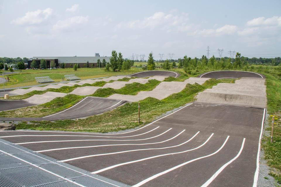 Construction de la piste de BMX de calibre provincial dans le parc Marie Victorin à St-Bruno, pour les Jeux du Québec et Coupes du Québec de BMX.
