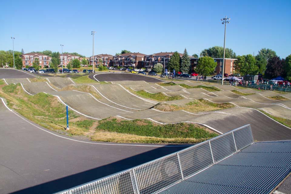 Construction et conception de la piste de BMX de calibre provincial dans la cour de la polyvalante Marcel Landry St-Jean sur-Richelieu secteur Iberville, pour les Coupes Canada de BMX.