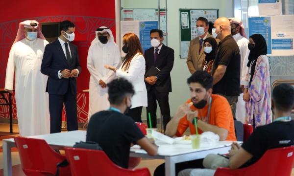 رئيس مجلس أمناء بوليتكنك البحرين يتفقد الطلاب في اليوم الأول من المدرسة