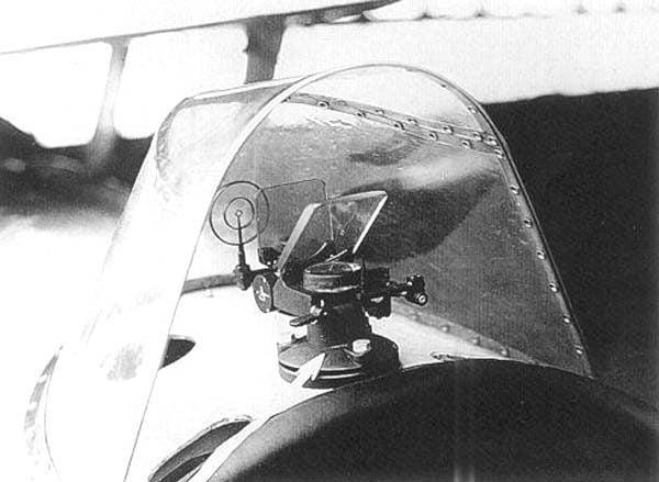 Одним из первых авиационных коллиматорных прицелов был прицел ПАК-1.