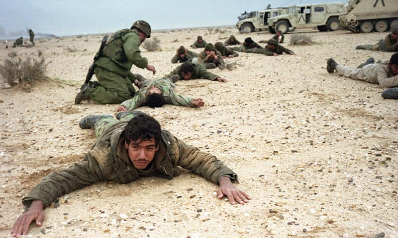 Военнослужащие армии Ирака, пленённые и обыскиваемые американскими войсками.