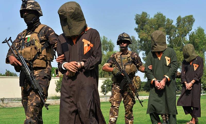Пленные талибы в сопровождении американских военных.