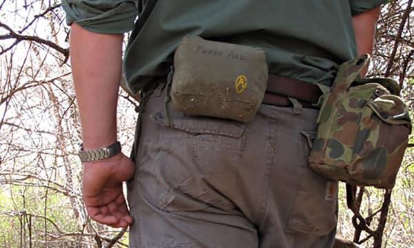 Индивидуальная аптечка для походов в дикую природу, которую автор носил с собой, будучи в Африке.
