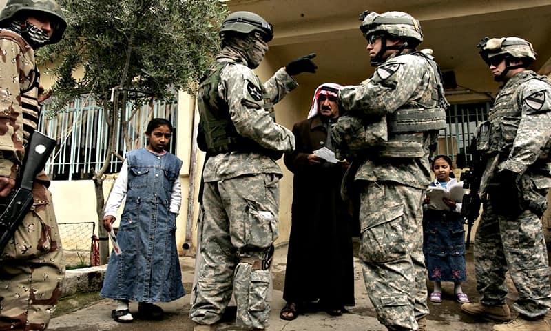 На фото: Ирак. Военнослужащие США и местных войск опрашивают жителей.