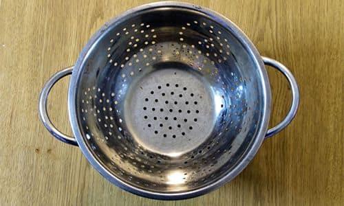 Дуршлаг можно использовать для ловли мелкой рыбёшки, которую потом можно использовать в качестве наживки.