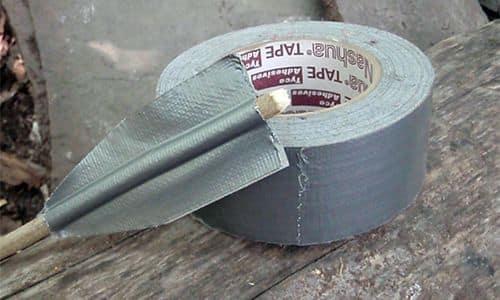 Оперение стрел можно сделать из клейкой ленты.