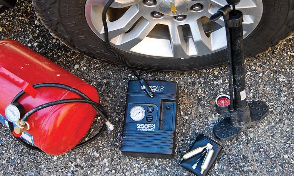 Существует множество способов накачать шину: от сжатого воздуха и баллонов с CO2, электрических компрессоров и старого доброго ручного насоса.