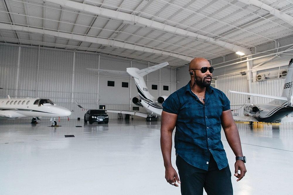 """Полеты на частных самолетах и проживание в дорогих отелях - это часть работы, но также и проверка на управление своим эго. Хороший агент знает, что никогда нельзя позволять стилю жизни клиента стать его настоящим """"я""""."""