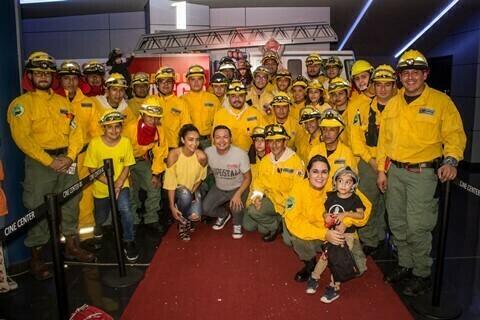 """Más de 100 bomberos fueron invitados especiales en la Premiere de """"Jugando con Fuego"""""""