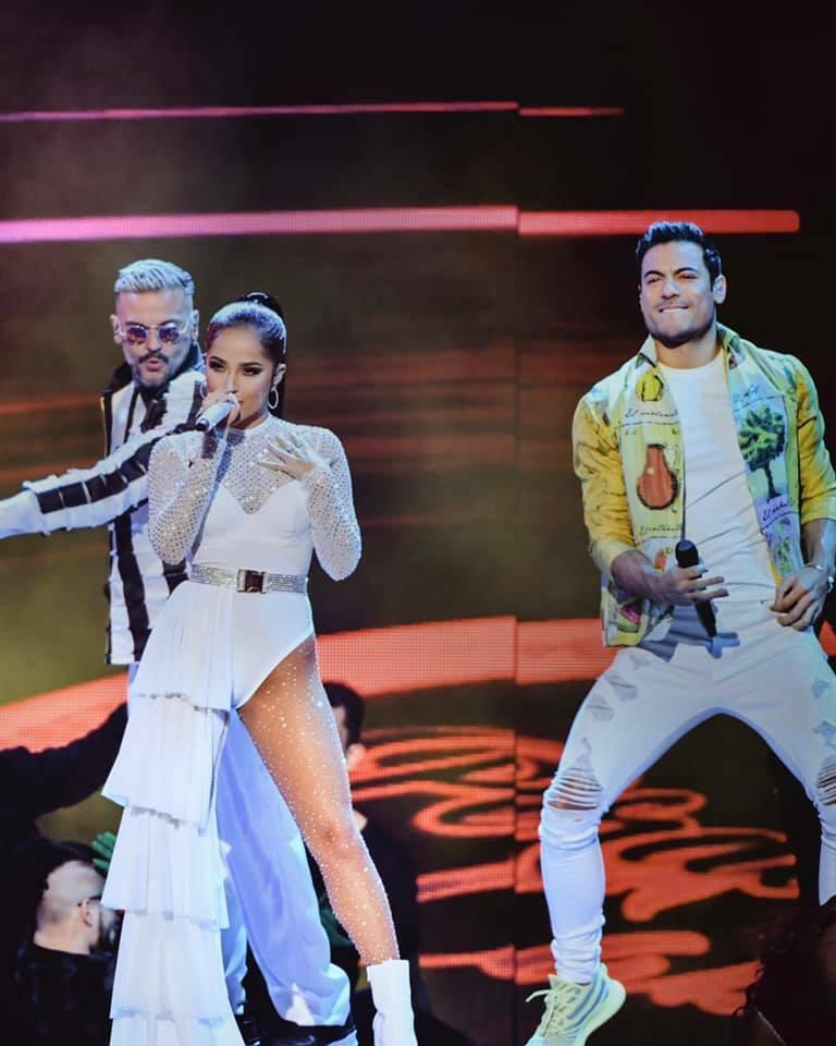 Carlos Rivera brilla en Premios Lo Nuestro cantando junto con Becky G y Pedro Capó