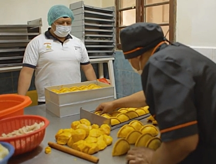 Salteñas El Pícaro sobreviven ala crisis y se expande en La Paz