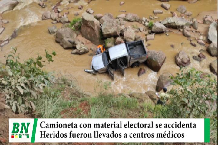 Camioneta con material electoral de Chuquisaca se accidenta y cae a rio aparentemente por alta velocidad