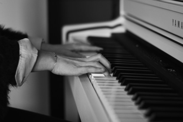 shooting-piano-girl-black-and-white (3)