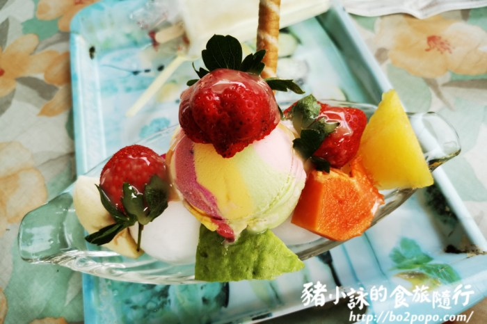 高雄。美濃》常美冰店魔法阿嬤的新家。色調繽紛的草莓聖代