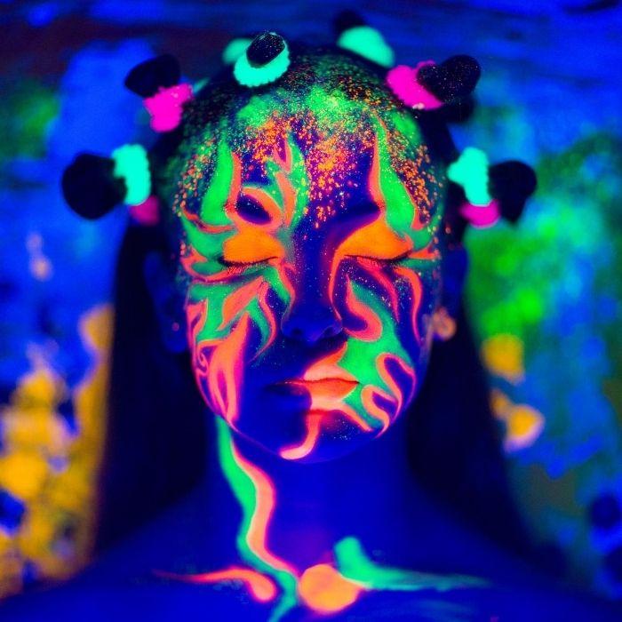 ideia de maquiagem neon para festas