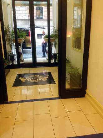 Hotel lobby luggage theft; hotel lobby bag theft