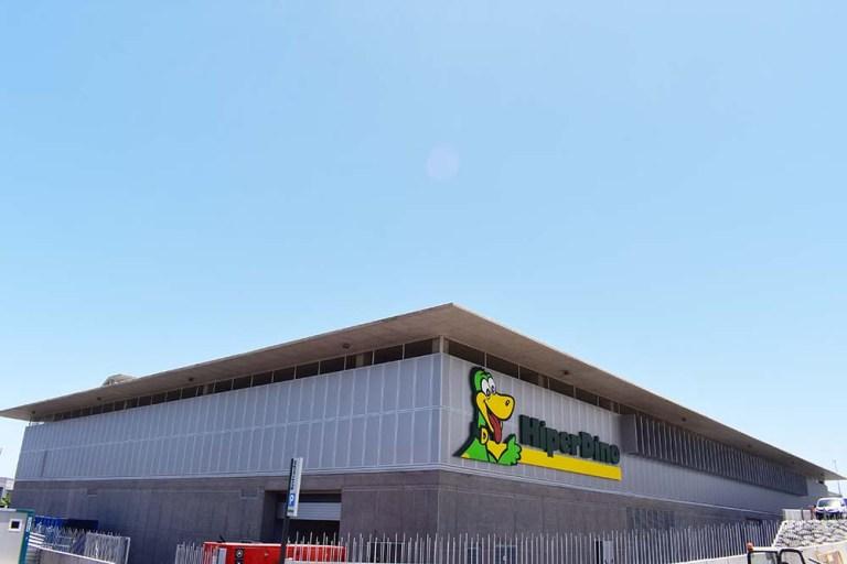 Hiperdino Güímar – Letrero luminoso en letras corporeas y revestimiento de fachada en composite ahuecado