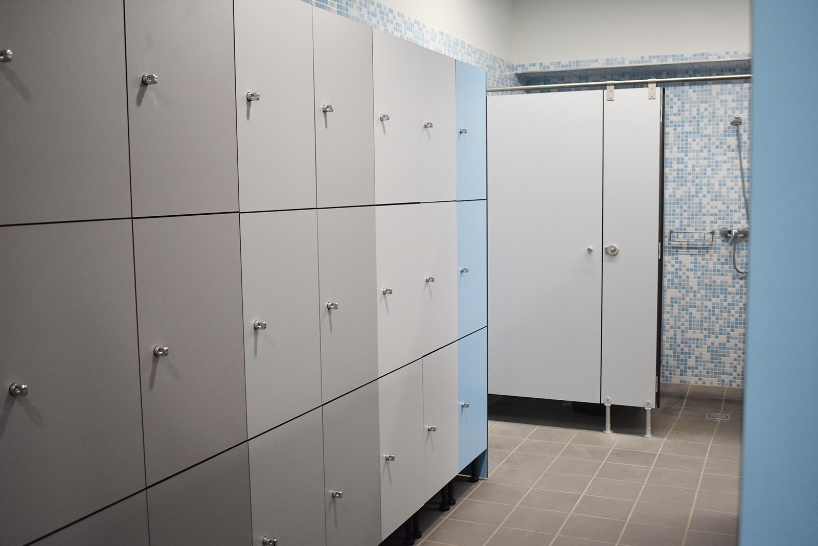 Complejo Deportivo Comarcal – Taquillas y cabinas sanitarias para vestuarios de piscina en panel fenólico de colores