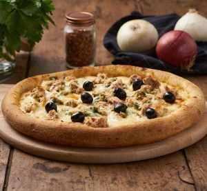 pizza avec du thon sur une table en bois