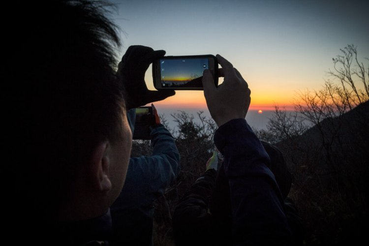 Taking-pictures-of-the-sunrise