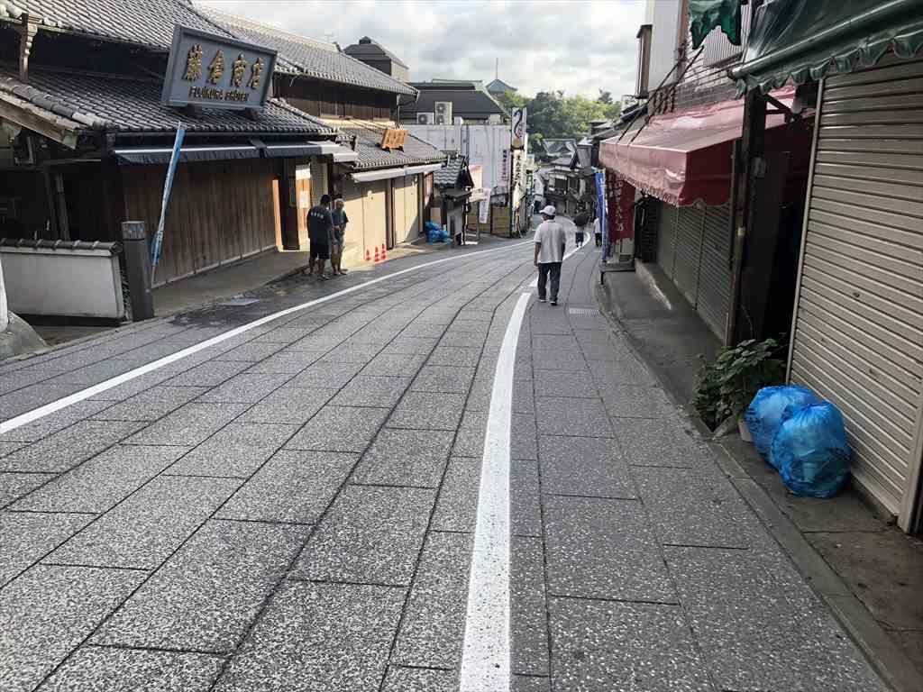 早朝の成田山新勝寺表参道の坂道を下る
