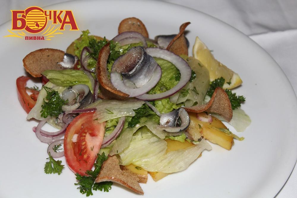 салат з пряною кількою та овочами