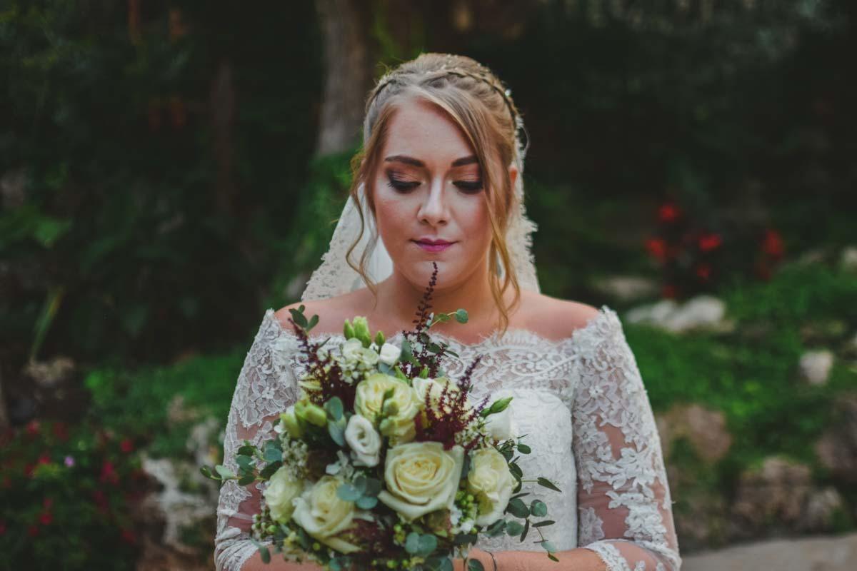 Paula con ramo de novia