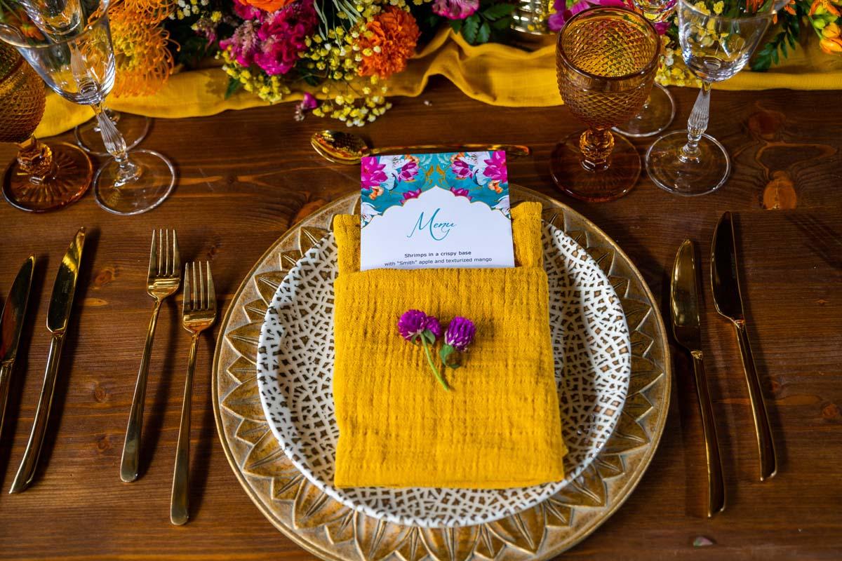 Mesa nupcial decorada con menu