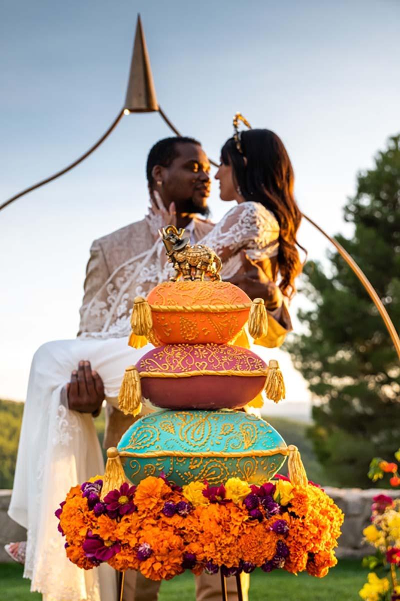 Cédric con Mireia en brazos tras el pastel nupcial