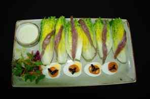 Cogollos de Tudela con anchoas del Cantábrico y salsa de Queso