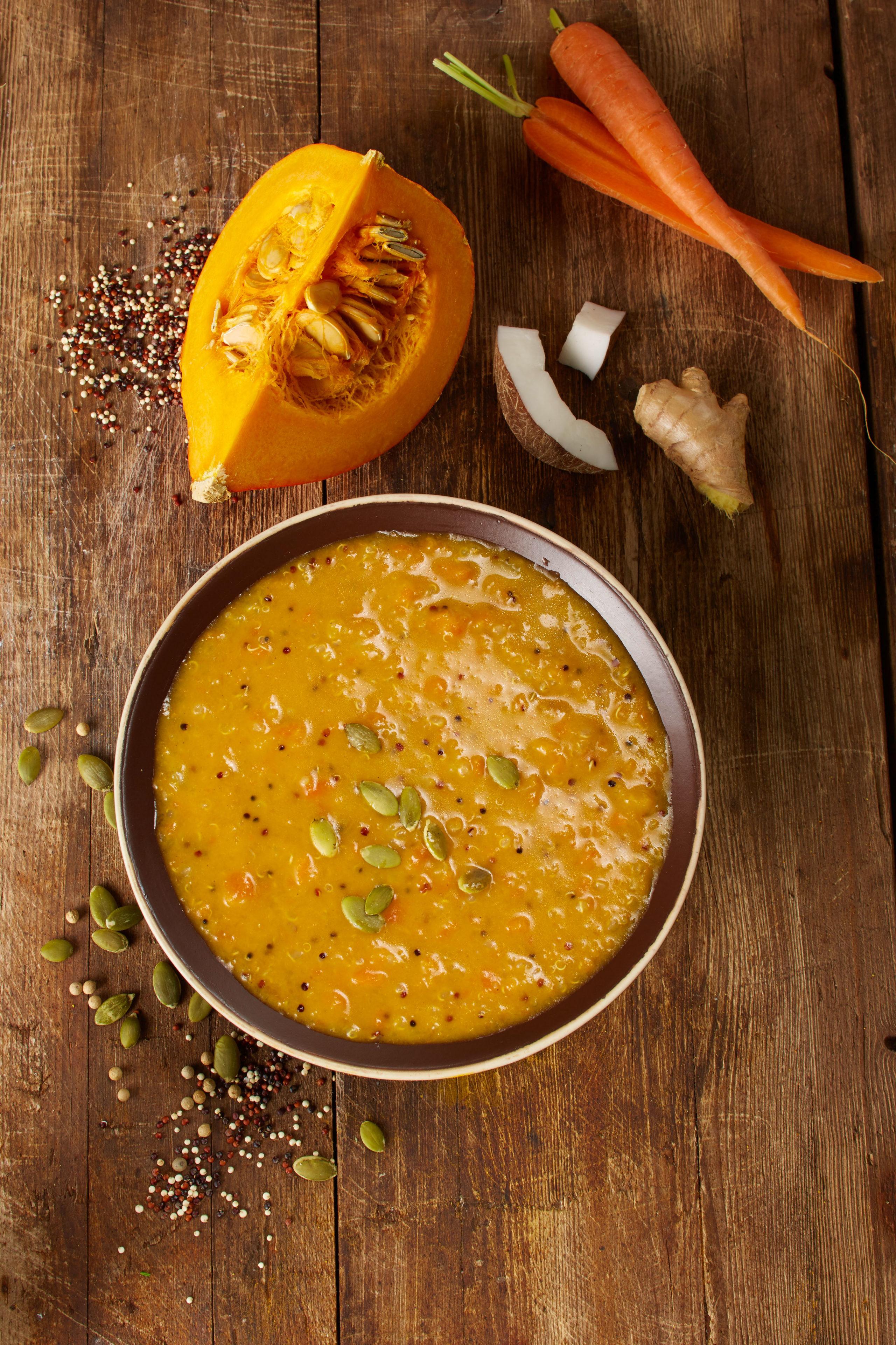 """Vegetarische Fertiggerichte stehen heute gleichberechtigt neben konventionellen Produkten im Supermarkt: Die """"Amerikanische Kürbis-Karotten-Suppe"""" beispielsweise ist sogar vegan."""