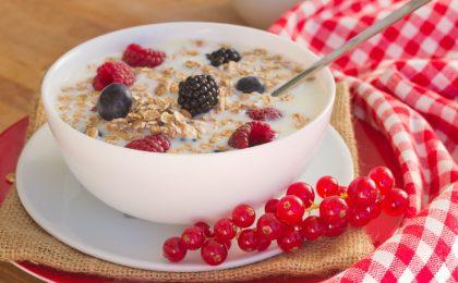 Der Körper braucht Vitamin B1, um aus Kohlenhydraten Energie zu gewinnen. Ein Vollkornmüsli mit Nüssen versorgt den Körper mit dem wichtigen Vitamin.