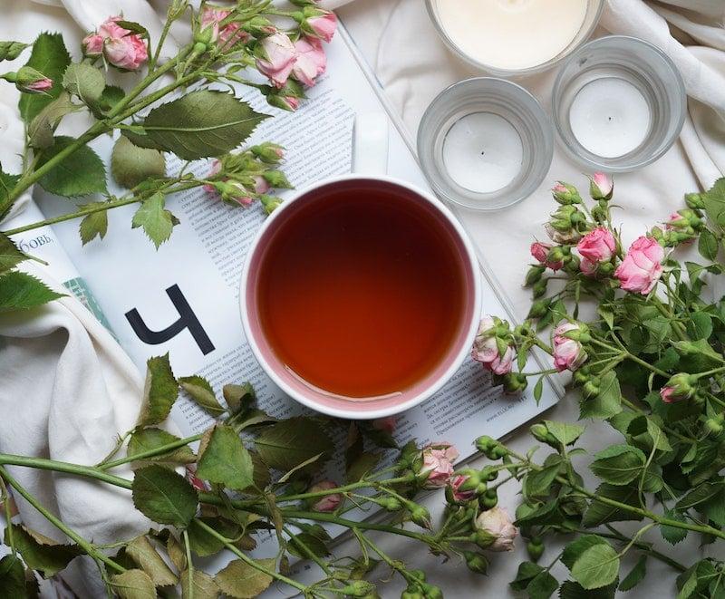 Wasser und ungesüßter Tee sind besser für deine Entgiftungsorgane als Softdrinks.