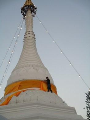 Thailand, Mae Hong Song, pagode, man wikkelt oranje sjerp, foto Arjan Schrier maart 2017, Wat Prahat, Doi, Kham Mu.